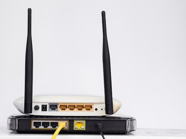 Draadloze routers op elkaar gestapeld
