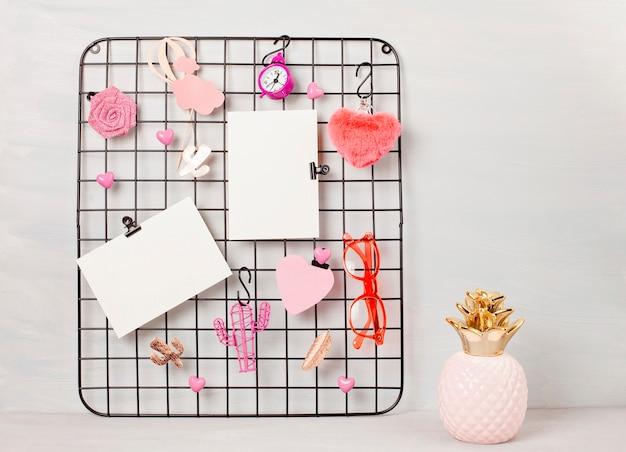Draadrooster met meisjesaccessoires en kaarten voor inspirerende citaten.