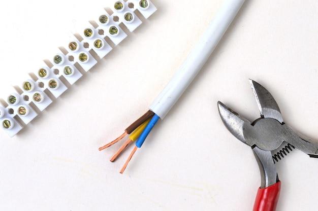 Draadstrippen voor het aansluitblok met behulp van draadknippergereedschap