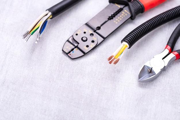 Draadstriptang en kabelkniptang op het bureau van de elektricien