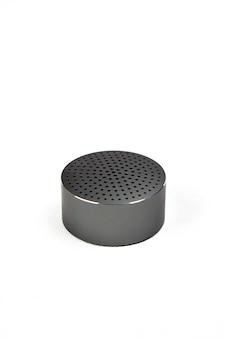 Draagbare audiokolom op een witte achtergrond