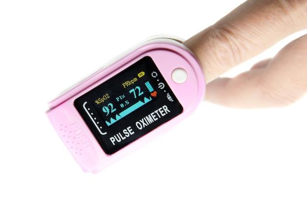 Draagbare digitale vingertop-pulsoximeter met led-display op de vinger