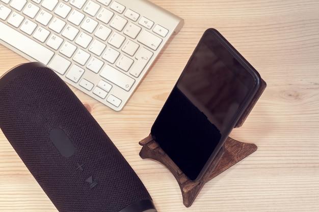 Draagbare luidspreker met mobiele telefoon en toetsenbord