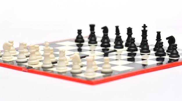Draagbare schaakbord en cijfers op wit wordt geïsoleerd