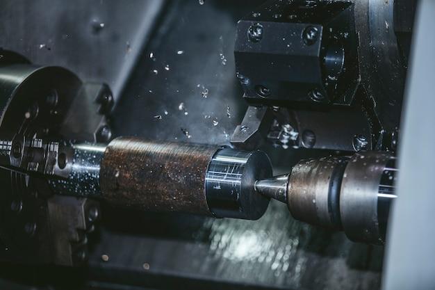 Draaibankapparatuur in de fabriek voor de fabricage van metalen constructies en machines