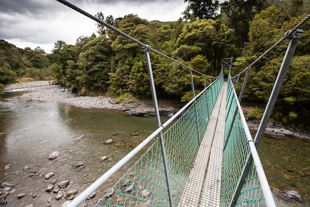 Draaibrug over de rivier de tauherenikau, tararua forest park, nieuw-zeeland