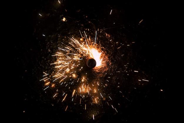 Draaiend vuurwerk verlicht de nacht met hun vonken