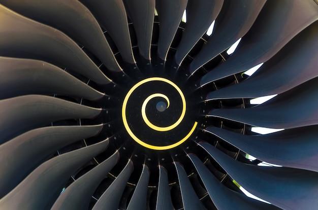 Draaiende bladen van het blad in de vliegtuigmotor van dichtbij.