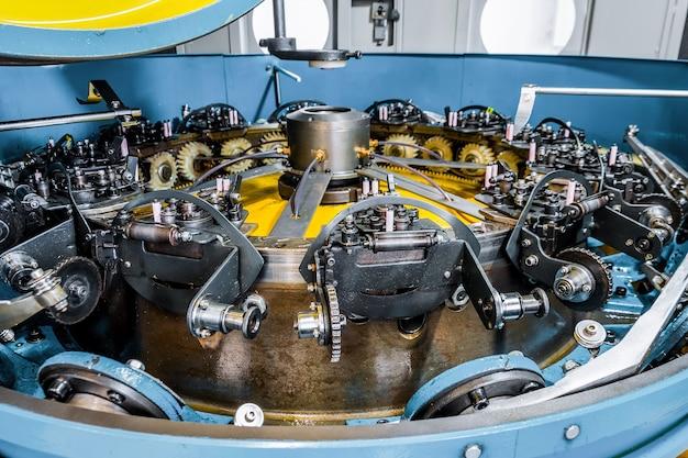Draaimechanisme van een verticale vlechtmachine. apparatuur voor het vlechten van flexibel stalen vlechtwerk.