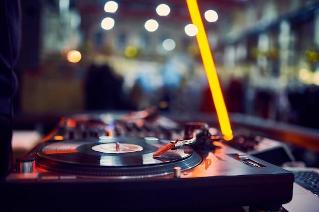 Draaitafel, vinylplaat in nachtclub.