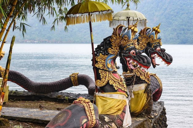 Draakbeeldhouwwerken op de tempelgronden pura ulun danu bratan, bali, indonesië
