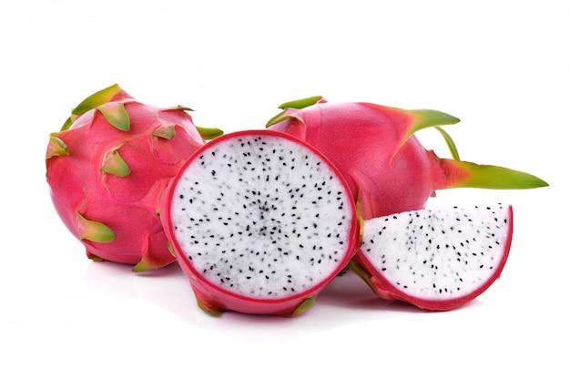 Draakfruit dat op wit wordt geïsoleerd