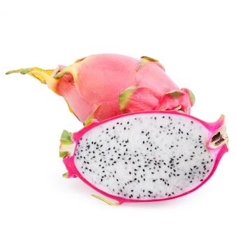 Draakfruit, de vruchten van close-uppitaya plak, tropische die vruchten op witte achtergrond, met het knippen van weg worden geïsoleerd