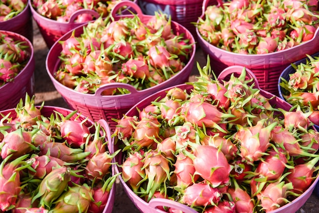 Draakfruit in mandenclose-up