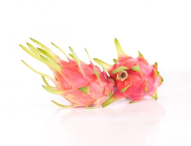 Draakfruit of pitaya-fruit op wit.