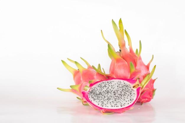 Draakfruit op witte achtergrond