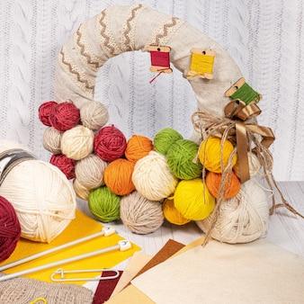 Draden in spoelen. gekleurde klossen voor het breien van hobbyaccessoires creativiteit. achtergrond voor site