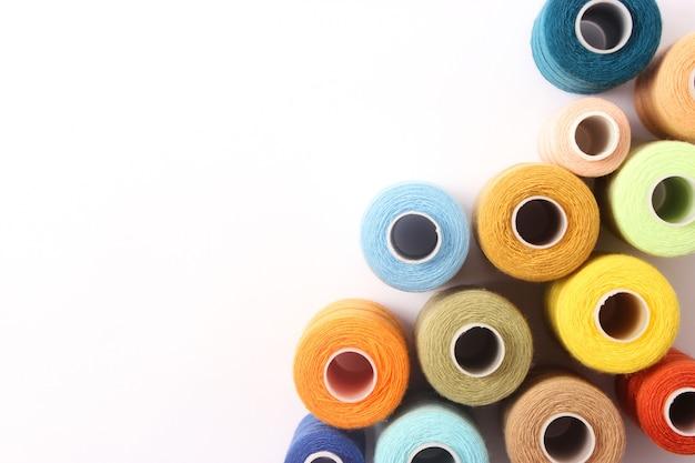 Draden voor naaien en handwerk close-up. accessoires naaien. hoge kwaliteit foto
