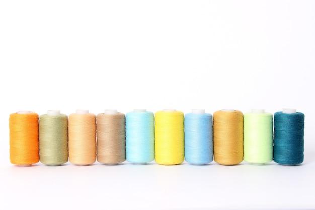 Draden voor naaien en handwerk close-up. accessoires naaien. hoge kwaliteit foto Premium Foto