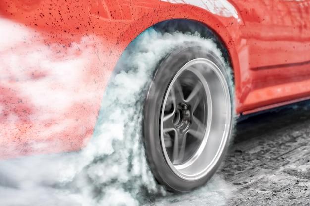 Drag racewagen verbrandt rubber van zijn banden als voorbereiding op de race