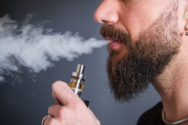 Dragen man elektronische sigaret roken