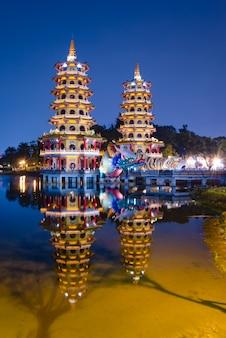 Dragon en tiger pagodes op lotus lake in kaohsiung, taiwan
