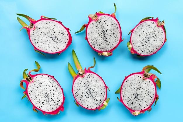 Dragon fruit of pitaya op blauw oppervlak. heerlijk tropisch exotisch fruit. bovenaanzicht