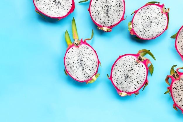 Dragon fruit of pitaya op blauwe achtergrond. heerlijk tropisch exotisch fruit. bovenaanzicht