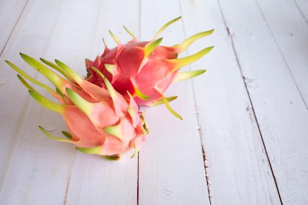 Dragon fruit op houten wit.