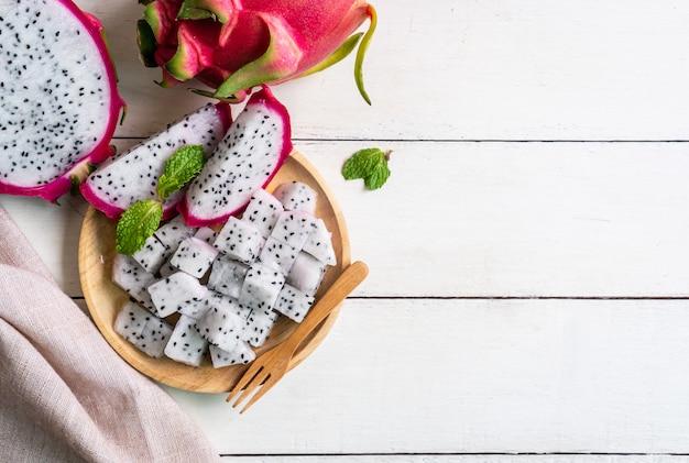 Dragon fruit (pitahaya, pitaya) segment op houten plaat