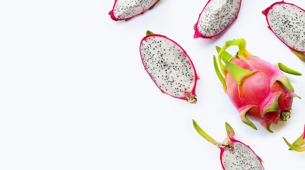 Dragon fruit plakjes, pitaya geïsoleerd op een witte achtergrond. heerlijk tropisch exotisch fruit