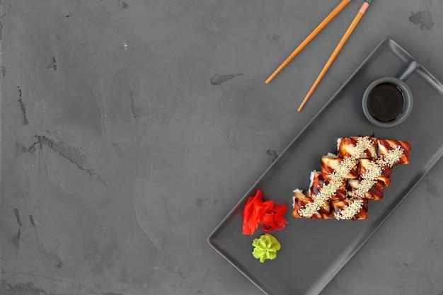 Dragon sushi roll met paling op grijs