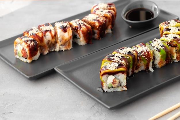 Dragon sushi rolt met paling en avocado op grijze tafel