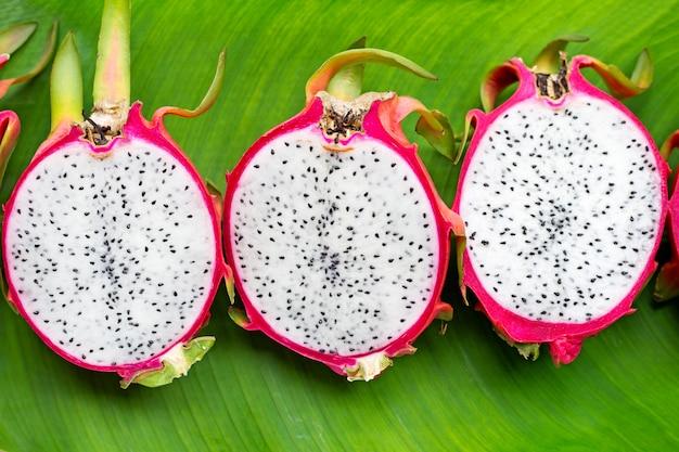 Dragonfruit of pitahaya op bananenblad