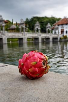 Drakenfruit op een steen.