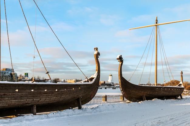 Drakkar schepen en vyborg kasteel in de winter