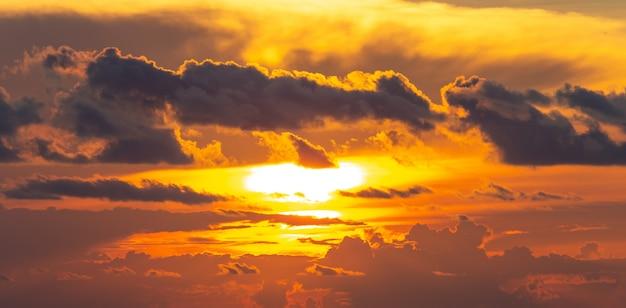 Dramatiek oranje en rode zonsondergang of zonsopganghemel met wolken