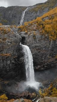 Dramatisch landschap van manafossen falls en de vallei van de rivier man in in de provincie rogaland noorwegen in de herfst