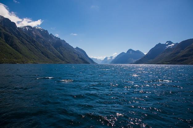 Dramatisch zonnig en schoonheidslandschap bij hjorundfjord, noorwegen