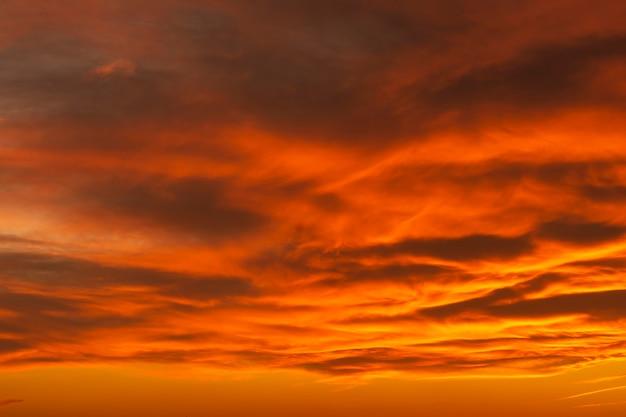 Dramatische bewolkte hemel met gewaagde kleuren in de vroege ochtendtijd