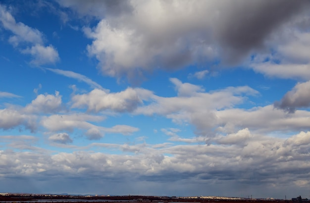 Dramatische donkere lucht met wolken en lichte natuurlijke achtergronden stormachtige lucht