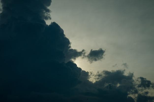 Dramatische donkere onweerswolken vóór regenachtig