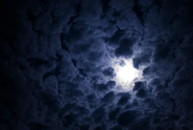 Dramatische gloeiende zon op de achtergrond van het wolkenlandschap