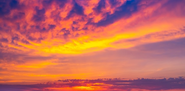 Dramatische heldere hemel bij zonsondergang. panorama, achtergrond voor tekst. wazige focus.