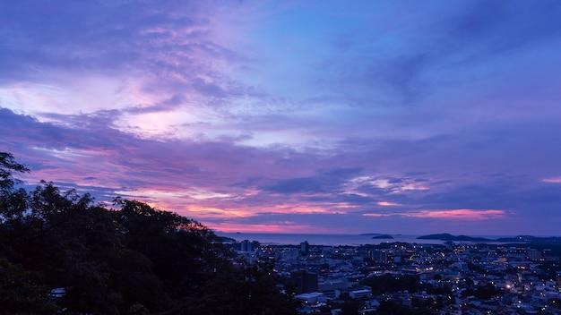 Dramatische hemel en wolken over phuket stad in zonsopgangtijd