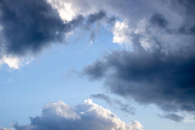 Dramatische hemel met onweerswolken. blauwe lucht en clouds.2