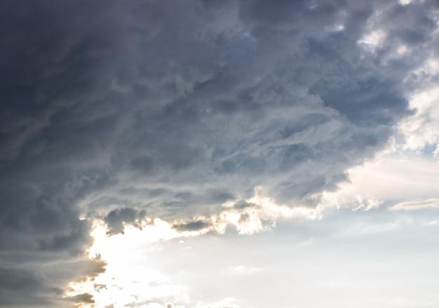 Dramatische hemel met onweerswolken. blauwe lucht en clouds.4