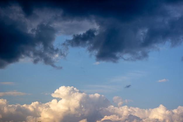 Dramatische hemel met onweerswolken. blauwe lucht en wolken 1
