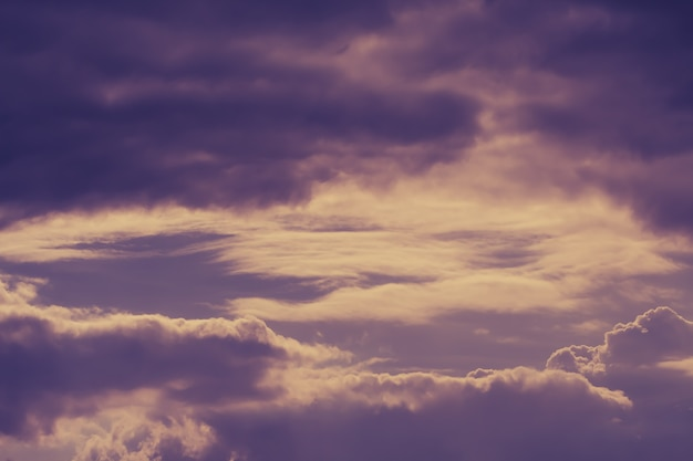 Dramatische hemel met stormachtige wolken.