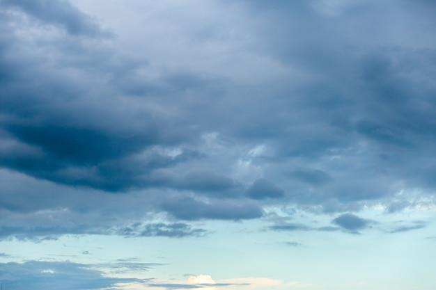 Dramatische hemel met wolken bij zonsondergang